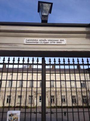Porten på Lappvikens sjukhus utifrån