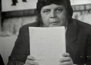 Juhani Mäkelä pitelee käsissään Pirkkalan monistetta (1975).