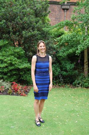 """Helen Czerski yllään """"The Dress"""" eli Internetissä vuonna 2015 kuohuttanut mekko, jonka väristä kiisteltiin ankarasti"""