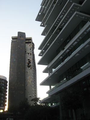 sisällissodan runtelema kerrostalo Beirutissa