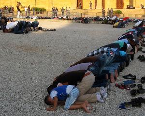 muslimit rukoilevat aamulla beirutin suurimman sunnikosmeijan edessä