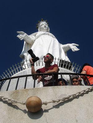 valokuvaaja neitsyt marian patsaan edustalla beirutin liepeillä
