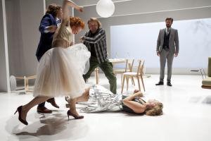 Q-teatteri: Kevyttä mielihyvää. KUVASSA vas: Jussi Nikkilä, Minna Haapkylä, Jani Volanen, Pia Andersson ja Tommi Korpela