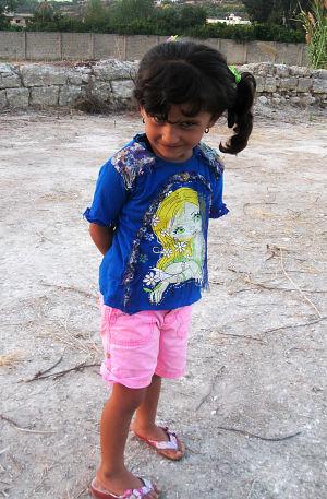 Pakolaistyttö foinikialaisissa raunioissa Sidonissa