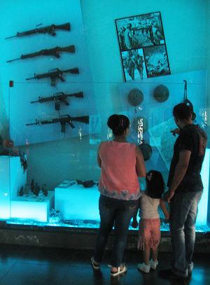 Perhe katsoo sota-aseita vastarintamuseossa Libanonissa