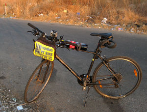 vuokrapyörä maantiellä matkalla Beirutiin