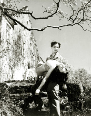 Helge Herala ja Mirja Mane elokuvassa Noita palaa elämään (1952).