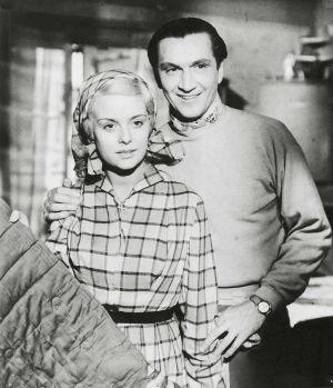 Mirja Mane ja Henake Schubak elokuvassa Saariston tyttö (1953).