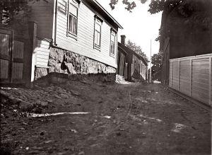 Bild från Långgatan i Ekenäs för länge sedan. OBS! Får användas endast i artiklar som berör fotograf Vidar Lindqvist.