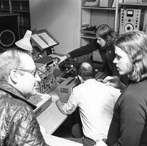 Pekka Sirén esittelee kokeilustudion laitteita vieraille Pasilan kalliosuojan studiossa