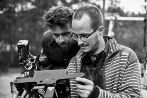 Kuvaaja J-P Passi ja ohjaaja Juho Kuosmanen elokuvan kuvauspaikalla.