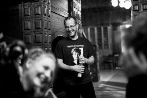 Elokuvaohjaaja Juho Kuosmanen Hymyilevä mies -elokuvan kuvauksissa.