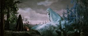 Maa vastaa Lemminkäisen äidin rukouksiin elokuvassa Sampo (1959)