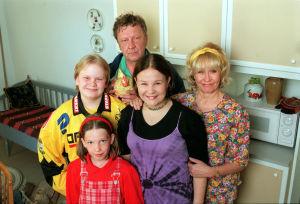 Onni (Sulevi Peltola), Anja (Eeva Litmanen), Outi (Karoliina Franck), Samuli (Janne Sutka) ja Tuuli Partanen (Siiri Sinnemäki) vuonna 1999.