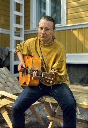 Laulaja Edu Kettunen Svalvikin huvilalla.