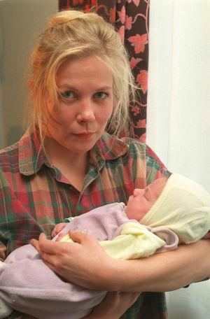 Laura Mäkimaa (Pirjo Moilanen) vauvan kanssa (1995).