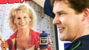 Hannes (Risto Autio) esittelee Karinin (Anitta Niemi) mainoskuvaa (1996).