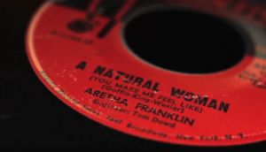 Kuva Aretha Franklinin singlestä Natural Woman. Kuva dokumentista Carole King: Natural Woman.