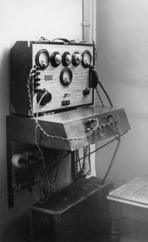 Kirkkovahvistin vuodelta 1935. Helsingin Johanneksenkirkosta lähetettäviä radiojumalanpalveluksia varten tehty vahvistin.