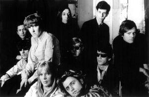 The Velvet Underground 1966: Andy Warhol keskellä, Nico alhaalla vasemmalla, Paul Morrisey oikealla ja Gerard Melanga alhaalla oikealla.