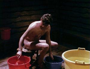 Mauritz Åkerman ja värikkäät muoviastiat elokuvassa Sensuela.