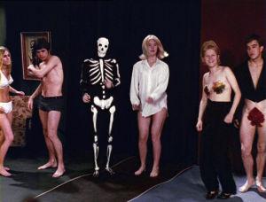 Paheelliset kotibileet Tulion elokuvassa Sensuela.