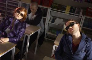 """Yleisradion televisio-ohjelma komediasarja (draamasarja) """"Rakastuin mä luuseriin"""". Näyttelijät Hanna Juvonen (roolinimi Outi), Sara Melleri (roolinimi Iina) ja takana Vesa Heikkinen (roolinimi kovis). Roolikuva. Yleisradion ohjelmat."""