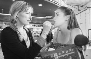"""Yleisradion televisio-ohjelma komediasarja (draamasarja) """"Rakastuin mä luuseriin"""". Naamioitsija Merja Ritaranta ja näyttelijä Sara Melleri (roolinimi Iina). Naamioitsija työssä meikkaamassa näyttelijää. Työkuva. Yleisradion ohjelmat. Yleisradion ohjelmaty"""