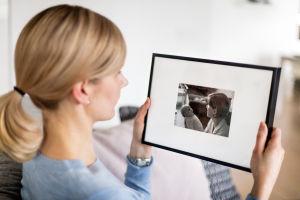Saija Hannuniemi pitelee käsissään vanhaa valokuvaa hänestä ja äidistään.