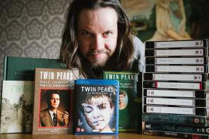 Muusikko-ohjaaja Sami Sänpäkkilä Twin Peaks -kokoelmansa kanssa.