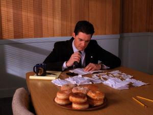 Twin Peaks -sarjan agentti Cooper ja kasa donitseja.