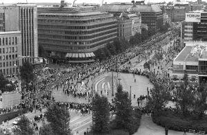 Urho Kekkosen hautajaiset. Hautajaissaatto kulkee Mannerheimintiellä kääntyen Arkadiankadulle.