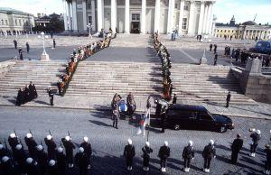 Urho Kekkosen hautajaiset. Presidentin arkku kannetaan Suurkirkosta autoon.