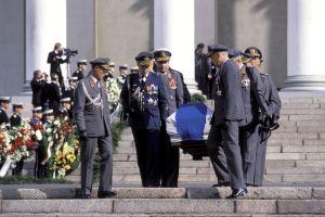 Urho Kekkosen hautajaiset. Kenraalit kantavat Kekkosen arkun Suurkirkon portaita alas siunaustilaisuuden päätyttyä.