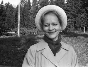Rintamäkeläiset-sarjan näyttelijä Eila Roine roolissaan Helmi Honkosena.