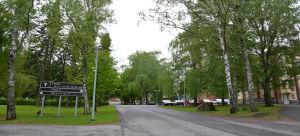 Väg och träd i kanten av vägen vid Kuppis sjukhus.
