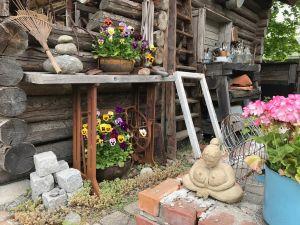 Ett gammalt rostigt symaskingsbord i trädgården.