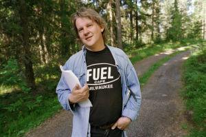 Ohjaaja Jukka Mäkinen kesäisessä kuvassa