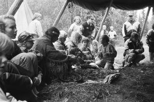 Ihmisiä gwammissa, teltan liepeet ylhäällä