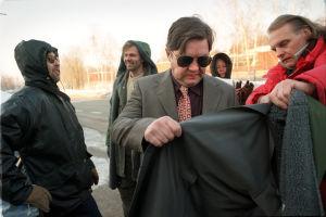 Puvustaja Pentti Tillder sovittaa takkia Juha Mujeelle. Taustalla Tapio Piirainen ja Kai Lehtinen (1999).
