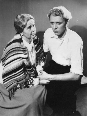 Kauko Helovirta ja Dagi Angervo Lahden kaupunginteatterin näytelmässä Laulu tulipunaisesta kukasta, 1951.