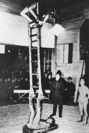 Karhumäen rintamativolin esitys talvisaikaan 1942-1944.