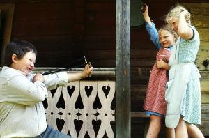Kalle (Paavo-Jussi Simonen) ampuu ritsalla Liisaa (Repekka Uotila) ja Tuuliaa (Mirka Varjus).