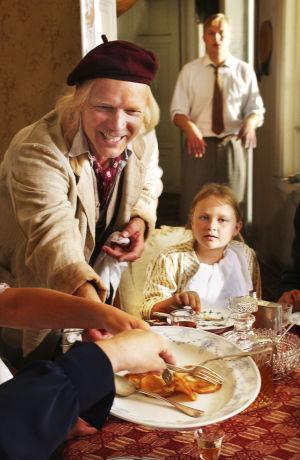 Paroni Leopold (Kari Heiskanen) tarjoaa lettuja, taustalla Liisa (Repekka Uotila) ja Junai (Mikko Pörhölä) tv-draamassa Kirje isältä (2003).