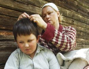 Elma Liikanen (Tiina Pirhonen) ja Kalle (Paavo-Jussi Simonen) tv-draamassa Kirje isältä (2003).