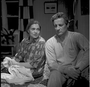 Elli (Orvokki Mäkinen) ja Taavi Jokinen (Erkki Siltola) tv-draamassa Mustat ja punaiset vuodet (1973).