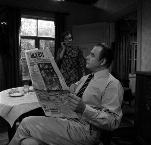 Herra ja rouva Korpela (Helinä Viitanen ja Pentti Järventie) kotonaan tv-draamassa Mustat ja punaiset vuodet (1973).
