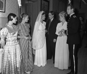Morsiamen (Minna Aro) oikealla puolella Maija (Anitta Niemi) ja näyttelijä Ilmari Saarelainen. Tv-draama Mustat ja punaiset vuodet (1973).