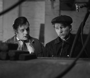Tunnistamaton näyttelijä Artturi Rimmisen (Veli-Tuomas Kettunen) kanssa tv-draamassa Mustat ja punaiset vuodet (1973).