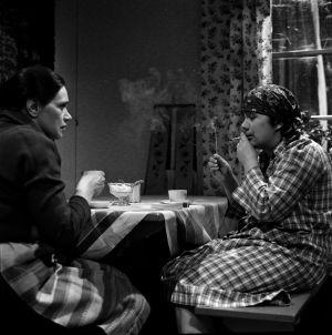 Elli (Orvokki Mäkinen) ja Tilda (Ritva Valkama) kahvipöydässä tv-draamassa Mustat ja punaiset vuodet (1973).